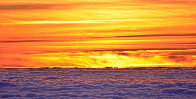 východ slunce v oblaích
