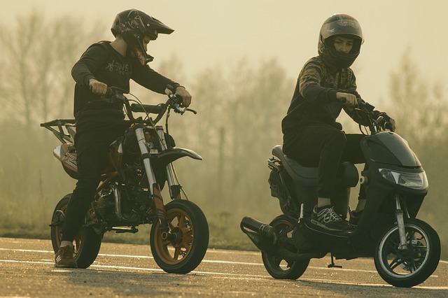 Dvaja chlapci idúci na motorkách po ceste.jpg