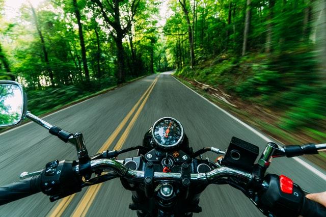 Jazda na motorke, pohľad z jazdcovej perspektívy, cesta, stromy, les.jpg