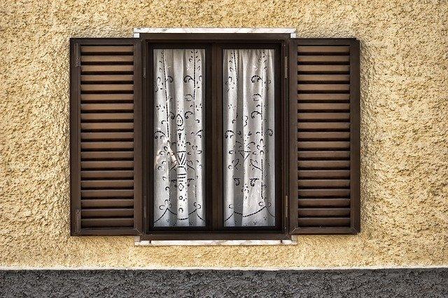 záclona v okne.jpg