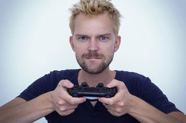 Hráč s ovládačom v ruke.jpg