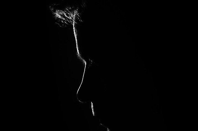 Silueta tváre muža v tme.jpg