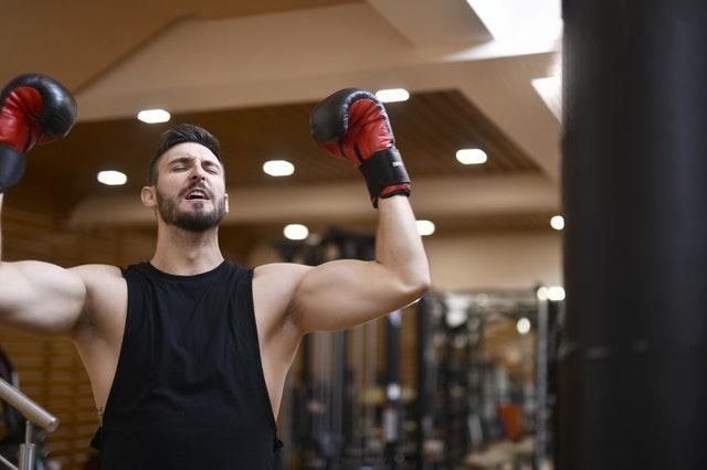 Muž v boxerských rukaviciach, fit